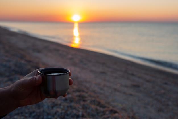 Lever de soleil à la mer beau lever de soleil sur l'océan rencontrer l'aube tôt le matin avec une tasse
