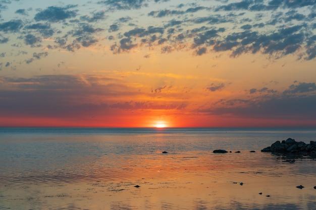 Lever de soleil sur la mer et magnifique paysage nuageux à anapa