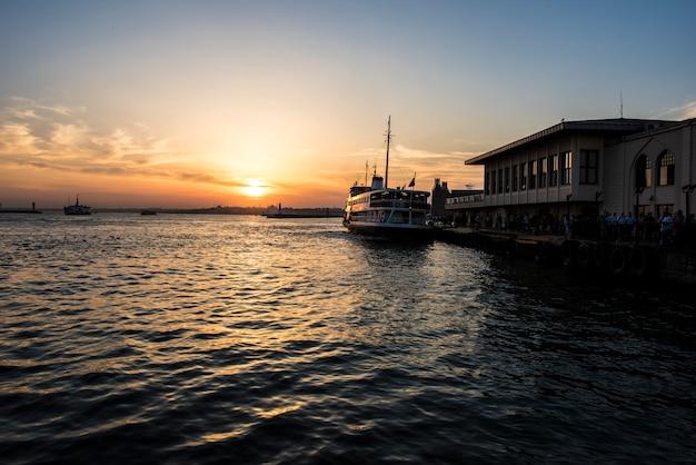 Lever de soleil sur l'océan à istanbul en turquie