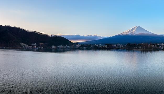 Lever de soleil panoramique de fujisan au matin, japon