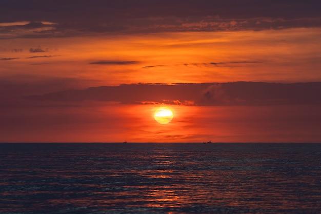 Lever de soleil paysage sur la plage en mer près de la ville de danang, vietnam