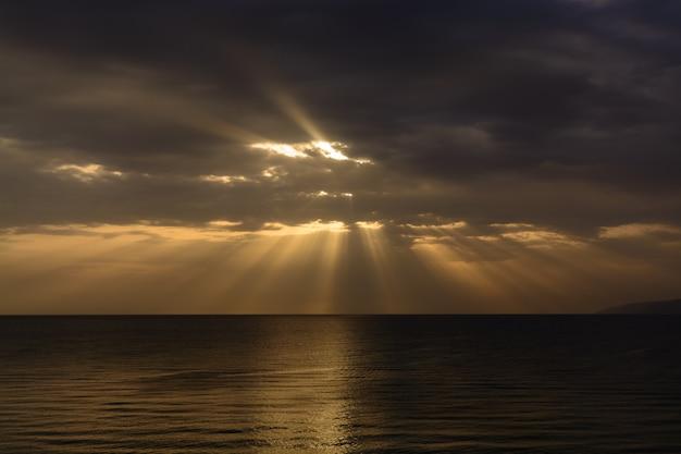 Le lever de soleil pittoresque sur la mer méditerranée.