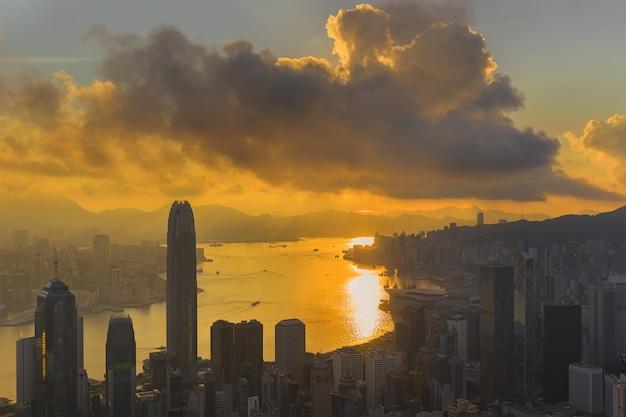 Lever de soleil sur victoria harbour vu en haut victoria peak
