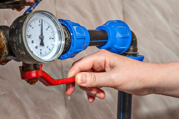 Le levier d'arrêt manuel de la vanne d'arrêt d'eau principale contrôle l'alimentation.
