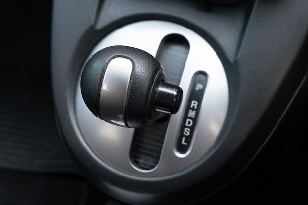 Levier de boîte de vitesses de la voiture à la place du conducteur.