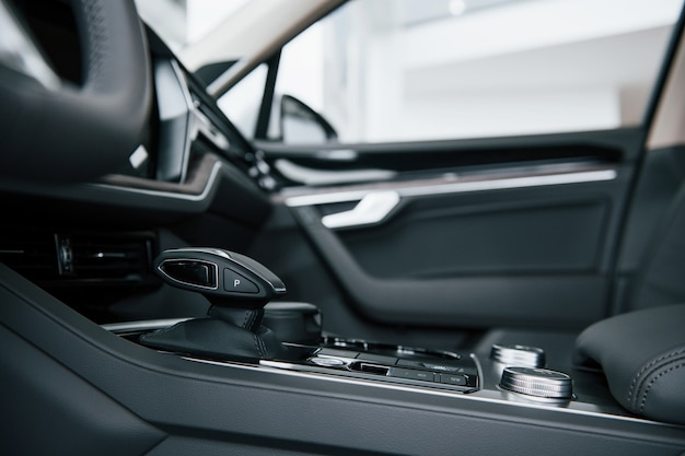 Levier de vitesse. vue rapprochée de l'intérieur de la nouvelle automobile de luxe moderne