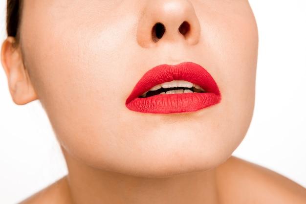 Lèvre rouge sexy. gros plan de belles lèvres. maquillage. beauté modèle visage de femme gros plan