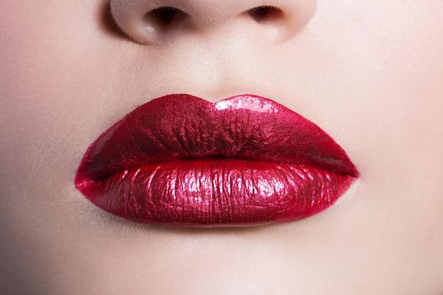 Lèvres bordeaux femelles sexy, gros plan.