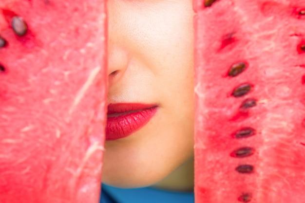 Lèvres entre tranche de pastèque.