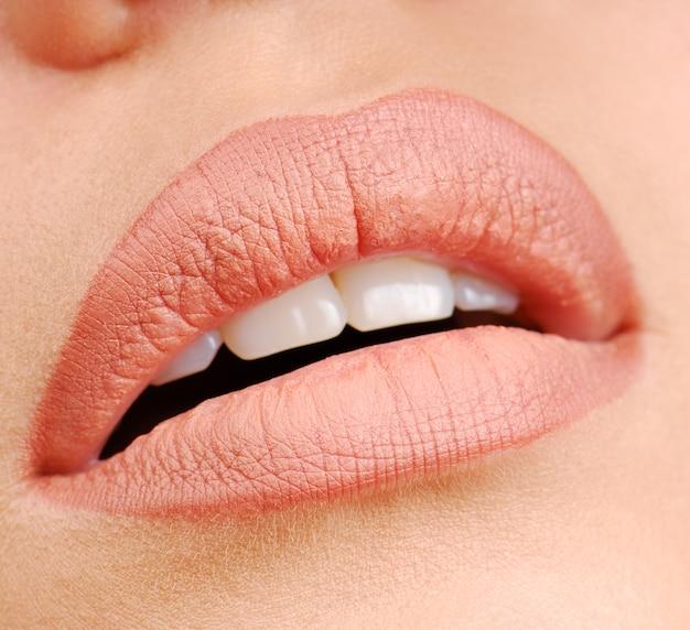 Lèvres de femme avec une couleur naturelle de rouge à lèvres