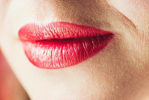 Lèvres d'une jolie femme adulte
