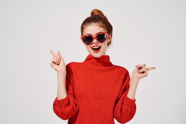 Lèvres rouges de femme à la mode posant le fond clair