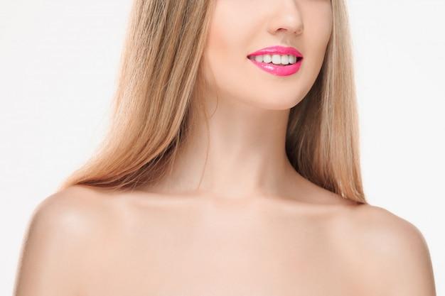 Les lèvres rouges sensuelles, la bouche ouverte, les dents blanches.
