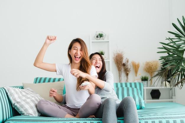 Lgbt lesbiennes femmes couple moments bonheur. femmes lesbiennes couple ensemble concept à l'intérieur