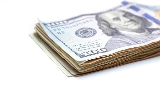Une liasse de billets d'un dollar américain isolé sur blanc en photo gros plan
