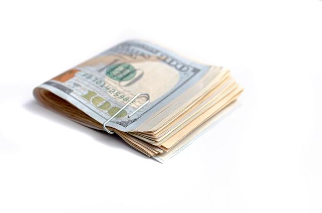 Une liasse de billets d'un dollar us pliés isolés sur blanc en photo gros plan