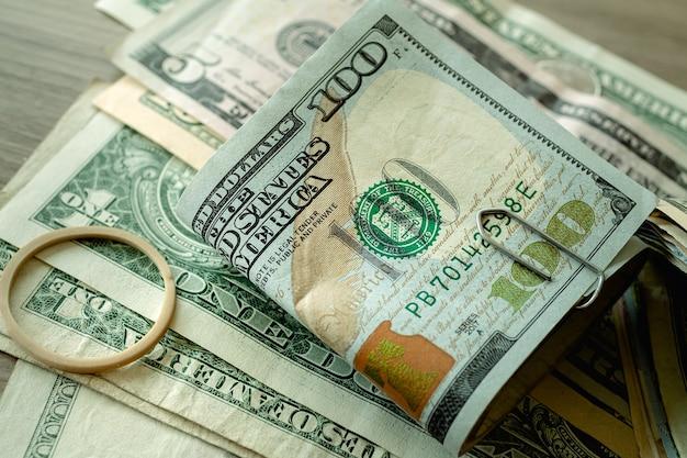 Une liasse de dollars américains sur une table en photo gros plan