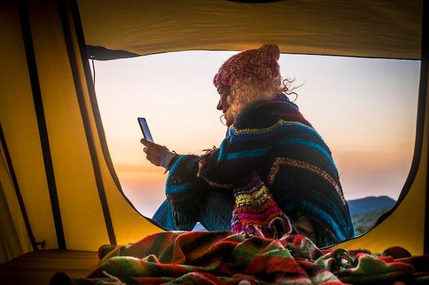 Liberté et aventure voyage vacances activité de loisirs alternative mode de vie avec femme s'asseoir