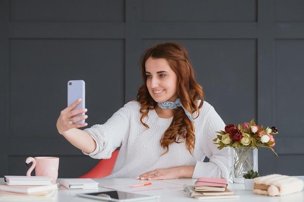 Liberté indépendante. travail à domicile. mode de vie des blogueurs. femme prenant des photos