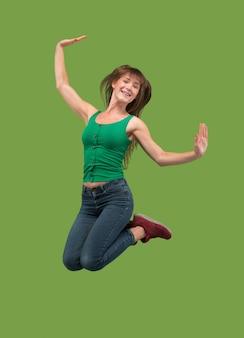 Liberté de mouvement. tir en l'air d'une jeune femme assez heureuse sautant et faisant des gestes sur fond de studio orange.