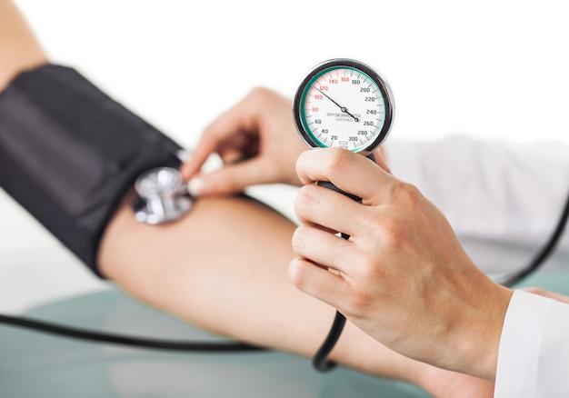 Libre d'un médecin prenant la tension artérielle
