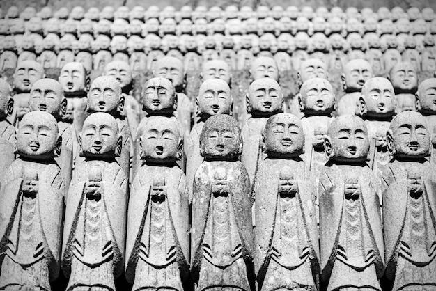 Libre de rangées de statues de bodhisattva jizo en pierre dans le temple hasedera à kamakura au japon
