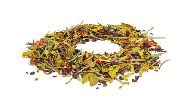 Libre de tisane naturelle faite de diverses herbes séchées en vrac isolated on white