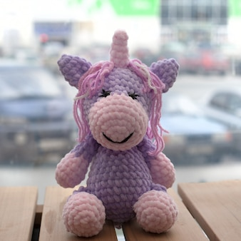 Licorne amigurumi au crochet. jouet fait main tricoté.