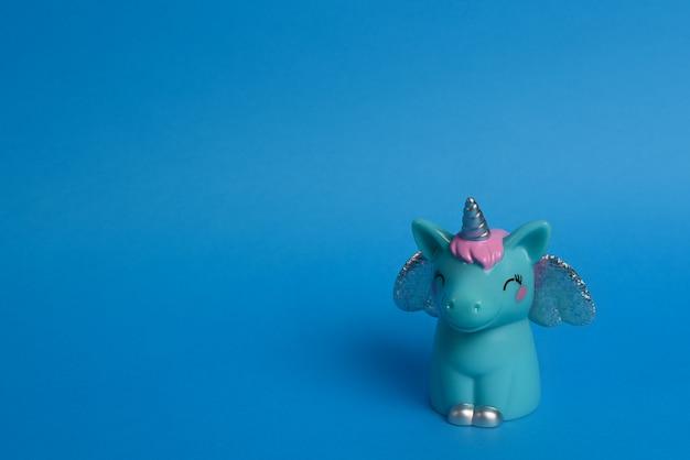 Licorne bleue avec des ailes sur un fond bleu