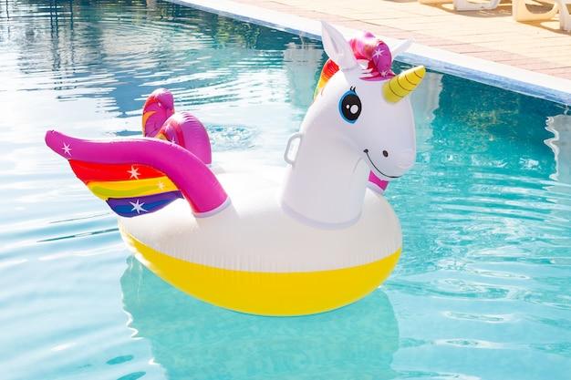 Licorne colorée gonflable à la piscine