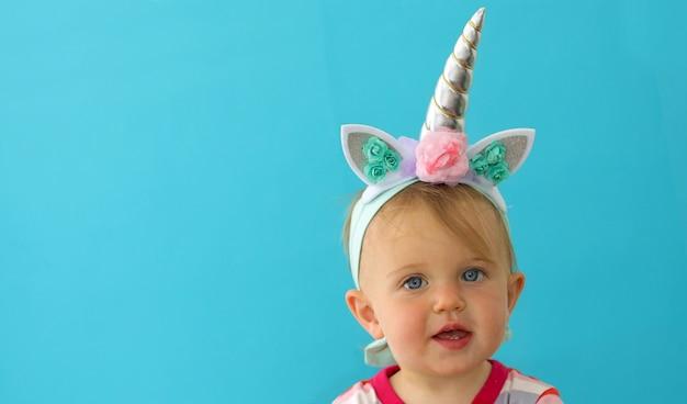 Licorne drôle petite fille sur bleu
