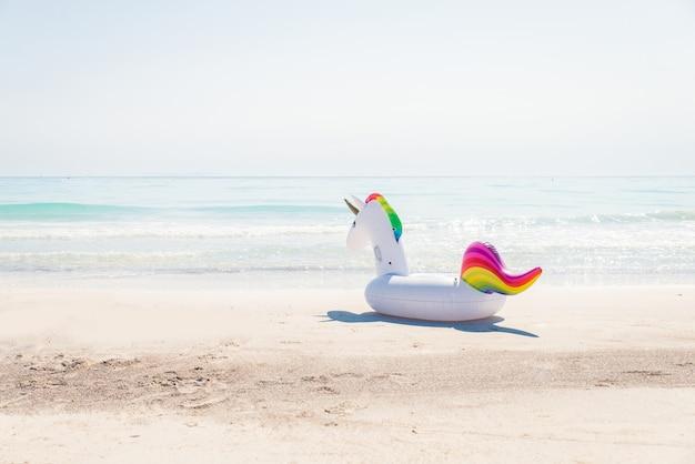 Licorne gonflable à la plage