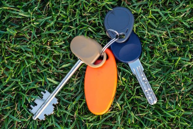 Lien clé sur l'herbe.