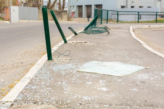 Lieu d'accident dans la rue. piliers tordus et vitre de voiture cassée sur la route