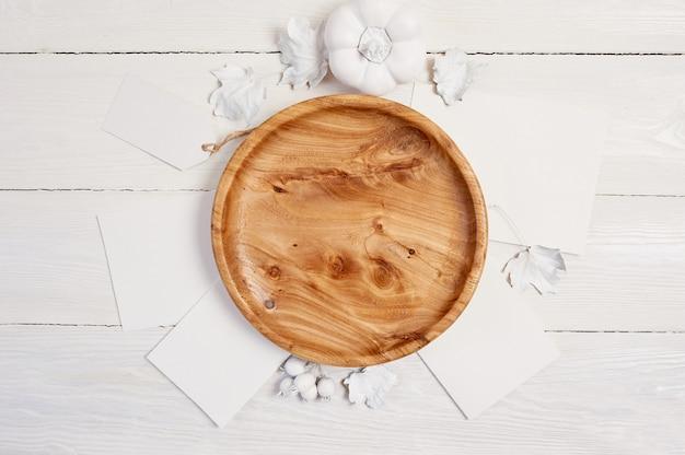 Lieu en bois avec des baies blanches et des feuilles