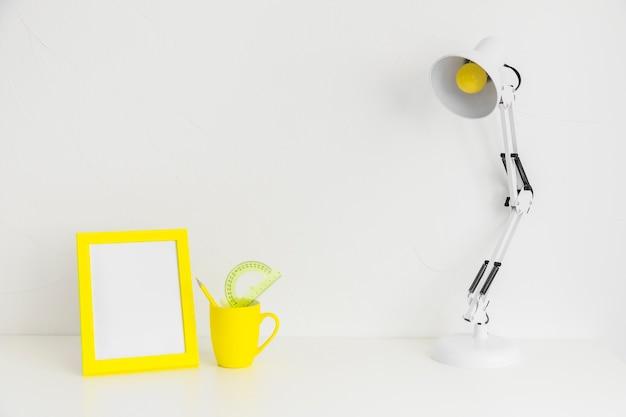 Lieu créatif minimaliste pour les études avec cadre photo jaune