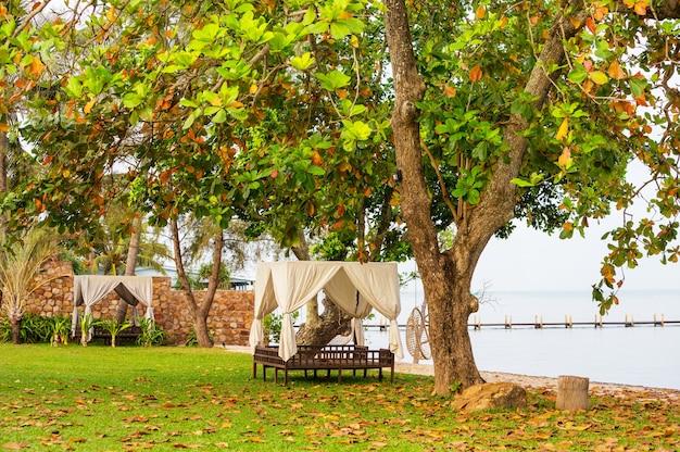 Lieu de détente ouvert sur complexe tropical