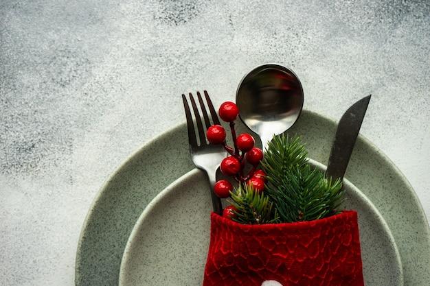 Lieu de fête pour célébrer la veille de noël sur une table en béton