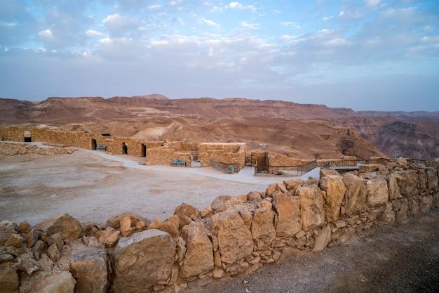 Lieu de fouilles dans le complexe de massada. une ancienne forteresse juive au sommet d'un rocher. activité archéologique en israël. désert, nature sauvage, friche.