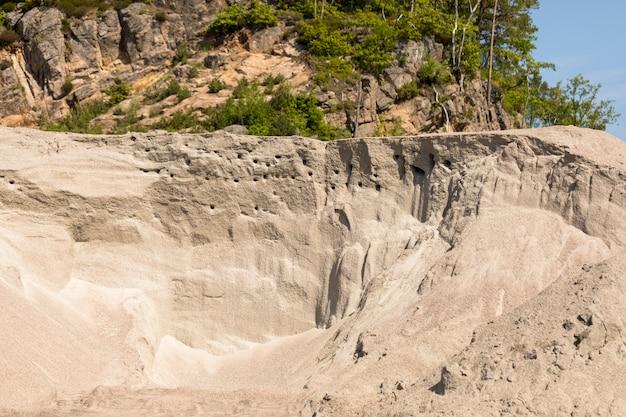 Lieu de nidification pour le sand martin, ou hirondelles de rivage - riparia riparia - colonie de nidification contre un ciel bleu