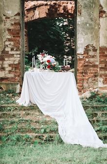 Lieu de rendez-vous romantique dans les ruines d'un ancien château. photo avec espace copie
