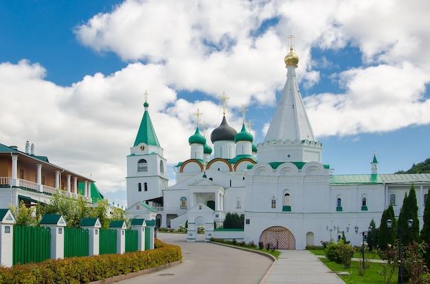 Lieu saint des chrétiens orthodoxes: monastère de l'ascension pechersky à nizhny novgorod