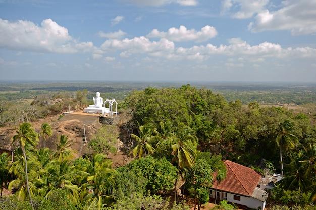 Le lieu saint de mihintale au sri lanka, près d'anuradhapura
