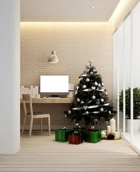 Lieu de travail et arbre de noël dans l'appartement ou à la maison