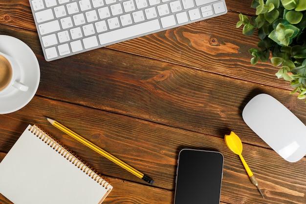 Lieu de travail au bureau en bois avec café