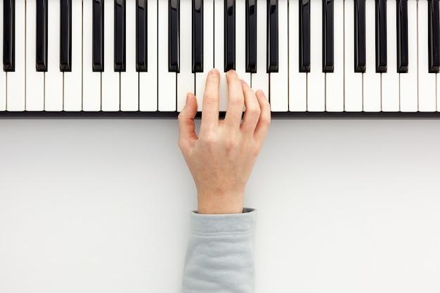 Lieu de travail d'auteur-compositeur ou dj avec synthétiseur et casque