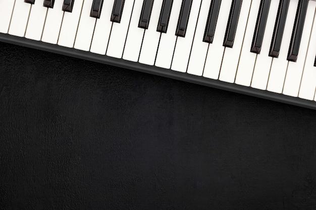 Lieu de travail d'auteur-compositeur ou dj avec synthétiseur