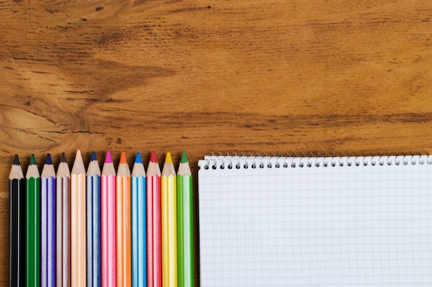 Lieu de travail. bloc-notes et crayons colorés