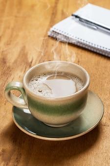 Lieu de travail. bloc-notes et tasse à café