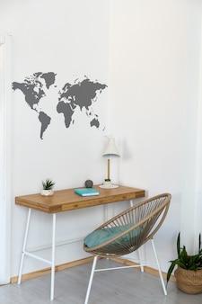 Lieu de travail avec bureau en bois et carte du monde